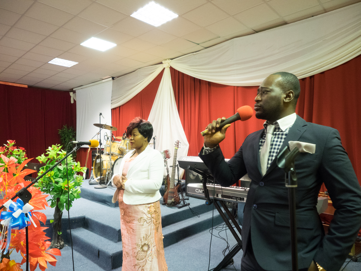 Jacqueline Asare e Anthony Ofori singing together